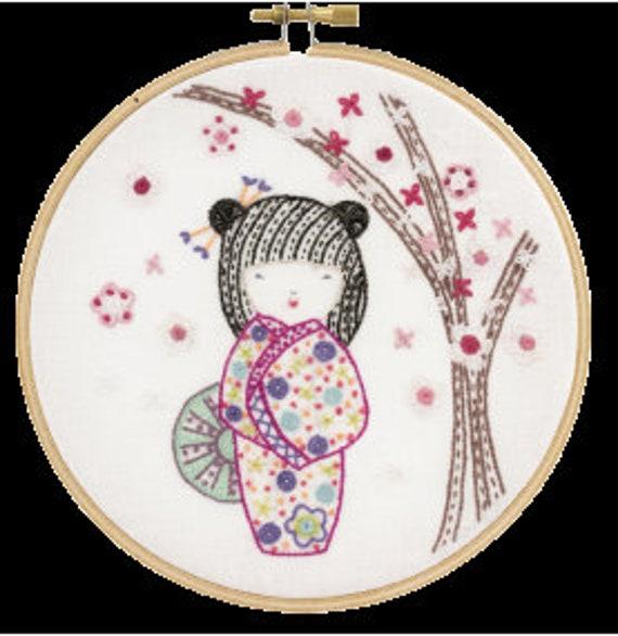 Yoshimi, Pretty Kokeshi - Embroidery Kit - Un Chat dans l'Aiguille