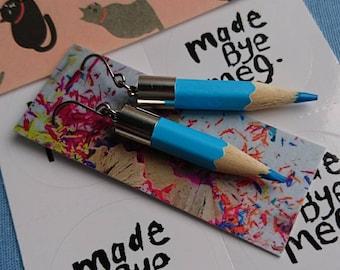 Chute de bleu boucles d'oreilles crayon, cadeau idéal pour les professeurs ou artistes faits bye meg madebyemeg