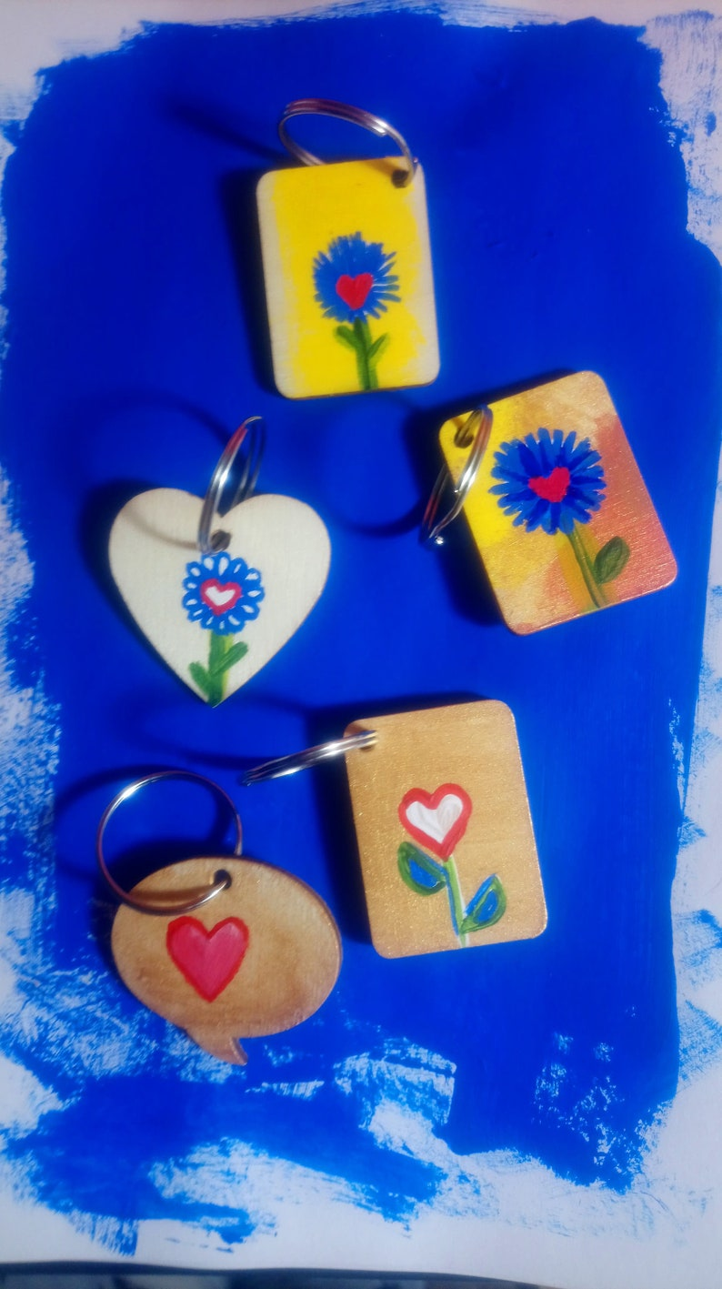 Lovely handpainted wooden keyrings show off your love of plants  flowers ... hearts and leaves. floral botanical