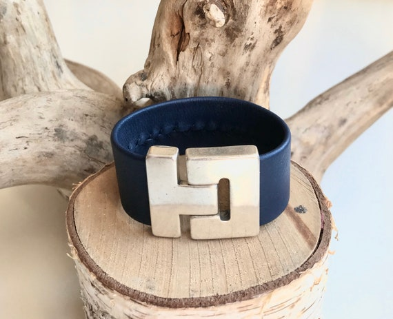 Navy reindeer leather cuff with a magnetic clasp.