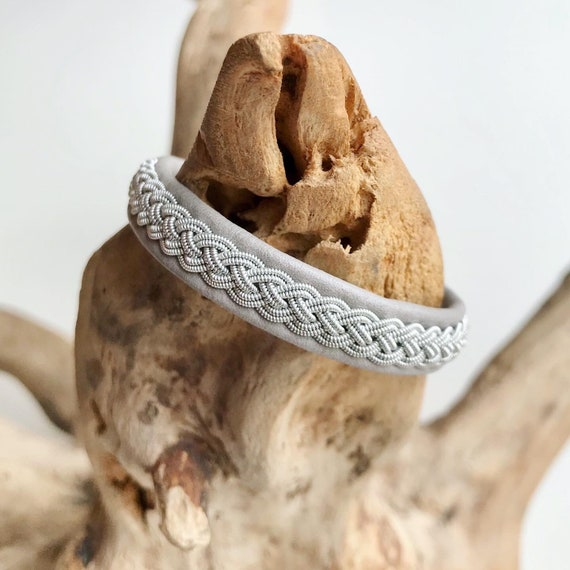 Traditional Sami light grey reindeer leather bracelet with a flower pewter button.