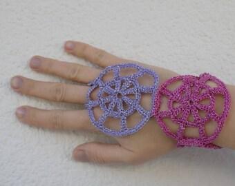 Mitaines motifs ronds au crochet, mitaines crochetées, bijou de main accessoire crochet, mitaines toile d'araignée, manchettes crochet