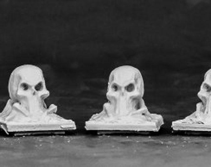 03855: Tombstone Finial - Skull (3) - Reaper Miniatures