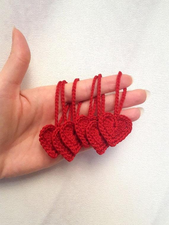 Set von 10 rote gehäkelte Herzen Gastgeschenke häkeln Zubehör. Valentine Herzen, Herz Ornamente, Verzierungen, häkeln Lesezeichen, Party Dekorationen