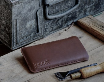 Full-grain leather iPhone 13 Pro case - Brown leather with black wolvilt - Available for all iPhone models