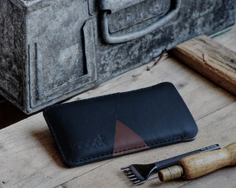 Full-grain leather iPhone 13 Pro Max sleeve - Black leather with two pockets voor cards. Available for all iPhone models