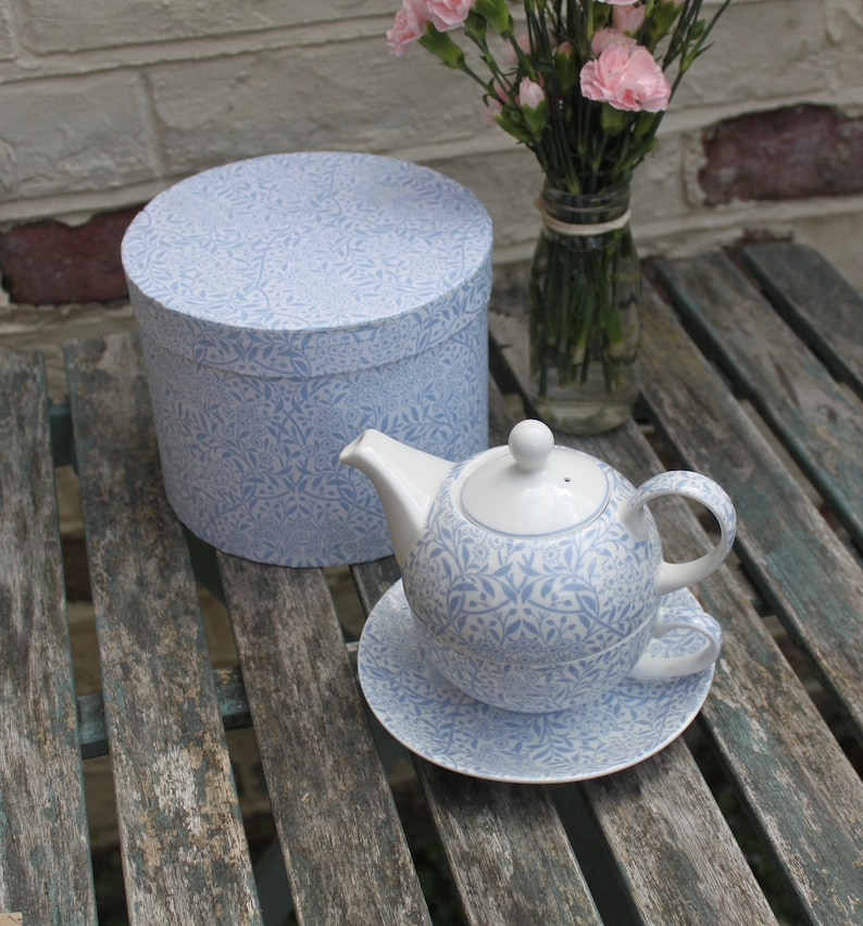 Perfect Gift in Hat Box. Blue and White China Last word in Afternoon Tea Luxury V/&A Museum Teapot and Cup