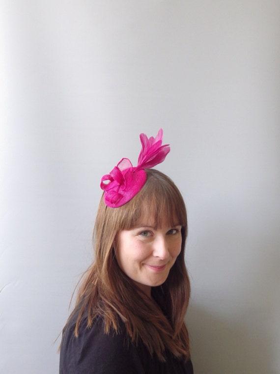 Chapeau de Cocktail bibi rose magenta. Tête de paille sinamay pièce bandeau. Pour les mariages, courses, Derby etc.