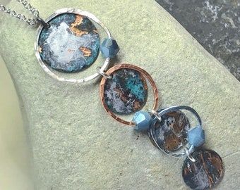 4 hoop copper patina neccklace surrounded by hammered wire and embellished with swarovski crystals