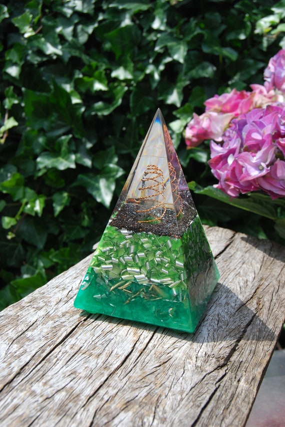 Orgonite® Pyramid with clear Quartz Crystal, Orgone Chi Prana Positive -  FREE Shipping !