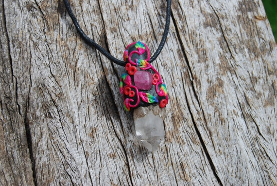 Quartz Crystal Necklace with UV Blacklight Woodland Flowery Details - FREE Shipping !