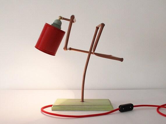 Lampada da tavolo in rame legno e materiali riciclati. etsy