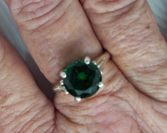 Emerald Green Ring size 7, 10mm round in Sterling Silver