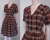Great 1950s full skirted shadow plaid day dress w wide collar waist 26 1 2 quot