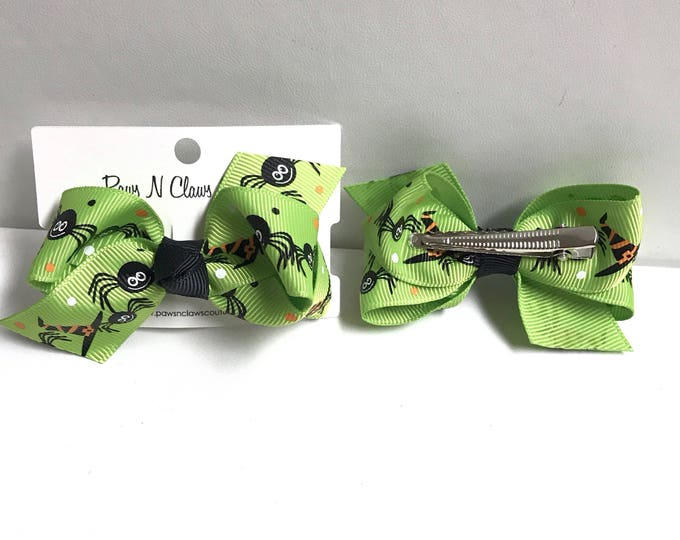 Spiders and hats on green hair bow clip