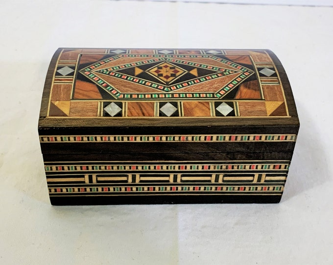 "Vintage Egyptian Fine Wood Hand Made Small Jewelry Box Inlaid Design With Mother of Pearl, Agate and Veneers, 4 1/2"" W - 2 5/8"" D, Old Cairo"