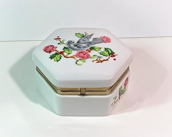 """Avon 1983 Holiday Greetings Porcelain Floral Trinket Box, Collectible. Hinged Lid W/Closure. 3.5"""" Diam. 1.75"""" H. Free US Shipping. USA"""