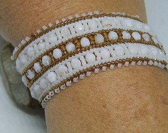 Bracelet weaved with white and bronze needle