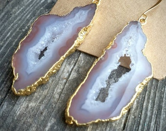 Nude crystallized agate slice earrings, gold electroplated, hippy chic fashion, Ibiza bohemian dangles. Natural stone boho designer jewelry