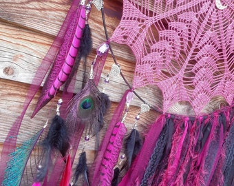 Large dreamcatcher in lace, fabrics and feathers, black, fuchsia, purple. Bohemian style wall decoration, hippy, gypsy chic, trendy, ibiza