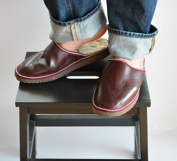 Leder Pantoffeln für Männer aus dunklen roten Nappa Leder und Pelz innen für zusätzliche Wärme, völlig handgemacht. Ein tolles Geschenk für ihn oder