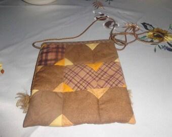 mini sac 21 sur 21 cm a porter en bandouillere sur l'épaule il est assez coquet et peut se mettre avec diverses tenues