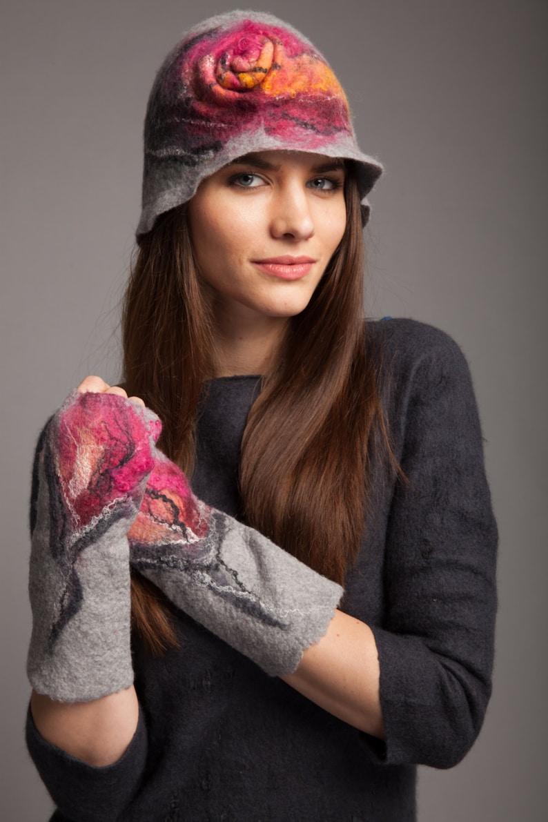 Fabulous hat with flower gray and fuchsia merino wool very soft