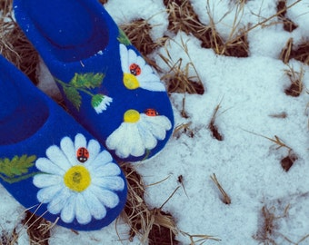 Blue felt house shoes Woolen indoor slippers White daisy Felted wool footwear Needle felting flower Woolen floral slippers with camomile