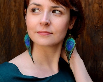 Felted peacock earrings with a vibrant turquoise eye, big peacock feathers, felt earrings, powerful exotic jewelry, gift for any woman [E1]