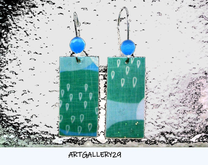 ORIGINALS-ATYPIQUES: Raindrop earrings on turquoise/blue background in silver sleeping rectangle