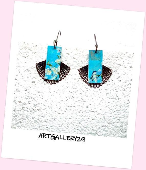 Boucles d'oreilles japonaise en pendentif style japonais papier japonais bleu à fleurs et oiseaux, pendentif éventail noir en filigrane