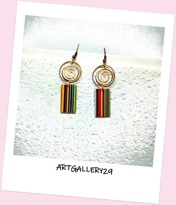 BIJOU FEMME-- Boucles d'oreilles femme pendantes à rayures multicolores surmontées d'une créole bronze et d'une spirale laiton