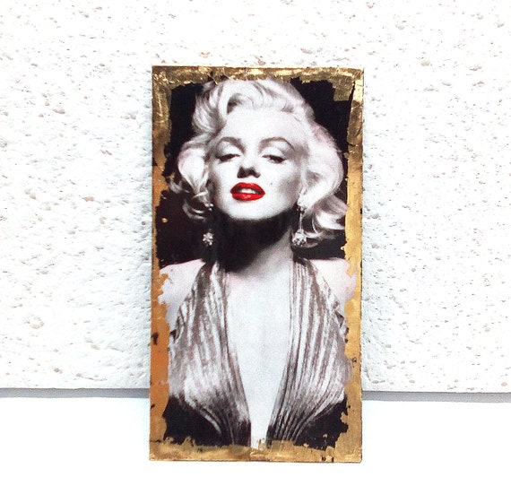 MARILYN MONROE_ Marilyn Monroe pendant on black and white rectangle surrounded by gold leaf, back in black imitation leather