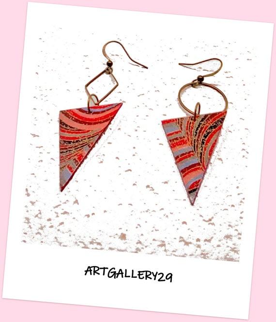 Boucles d'oreilles dépareillées, métal bronze, triangle inversé, rouge/ rose/ bleu, motif géométrique