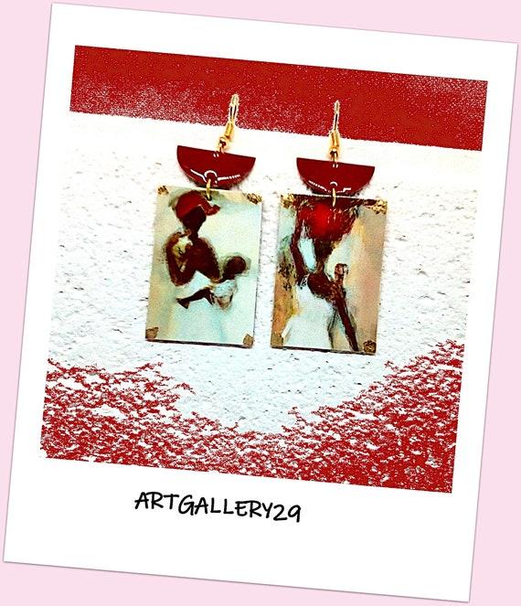Boucles d'oreilles bohème en pendentif d'oreilles peinture femme Africaine sur rectangle sequin émaillé rouge, crochets doré