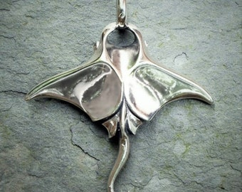 Manta Ray necklace, large manta ray pendant, sterling silver jewelry, natural sapphire jewelry. © Argent Aqua