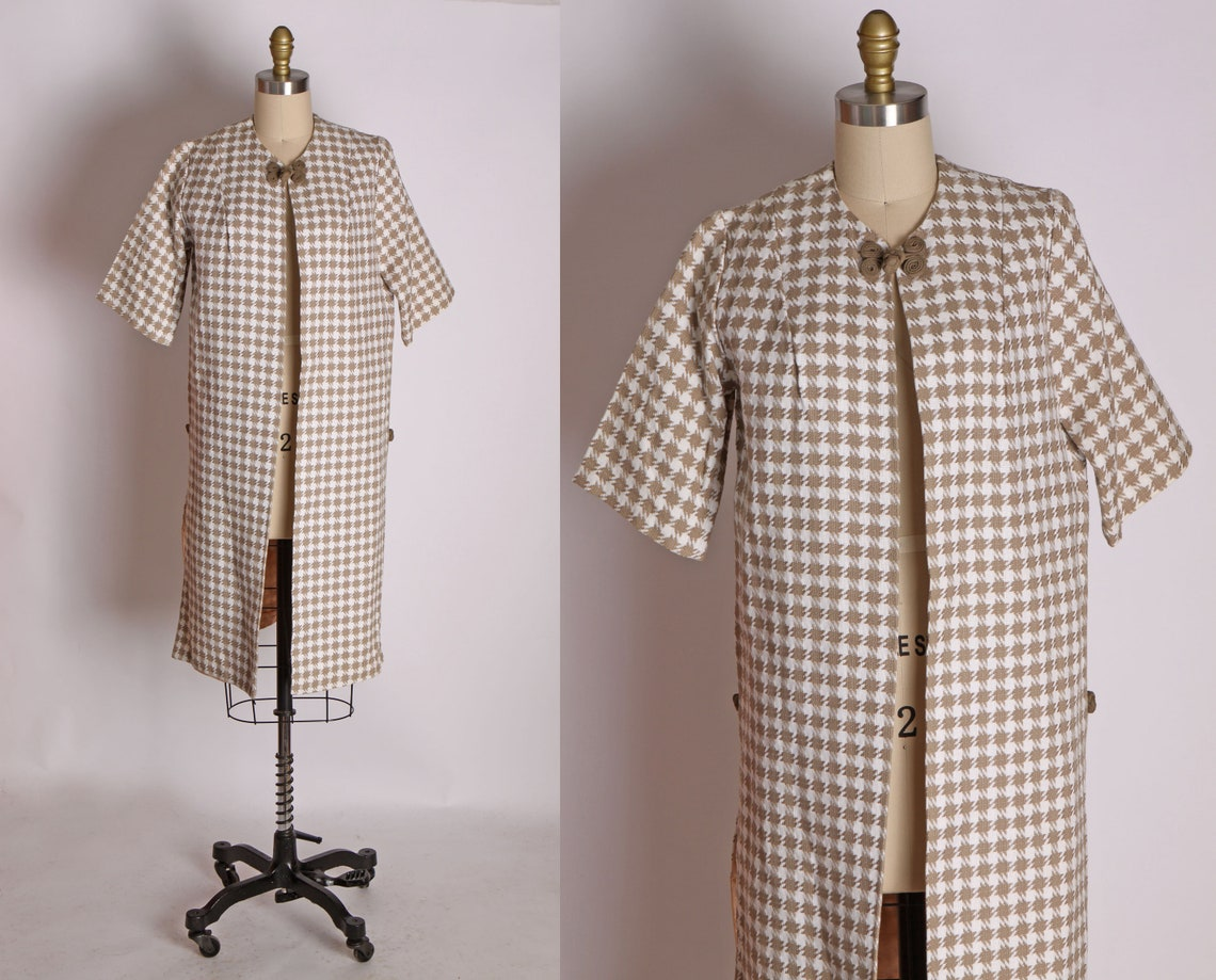 Late 1950s Early 1960s Beige And White Houndstooth Short Sleeve Frog Closure Overcoat Jacket -l