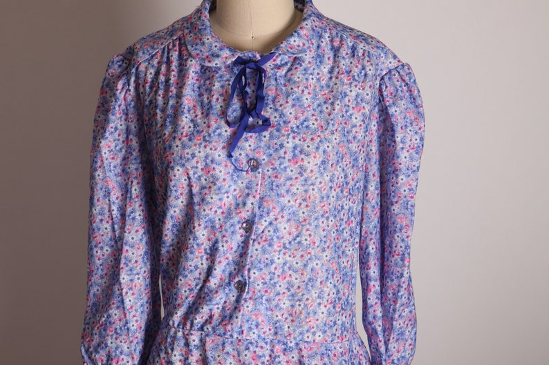 1970s Blue and Pink Floral 34 Length Sleeve Prairie Cottagecore Style Ribbon Tie Knee Length Dress 2XL