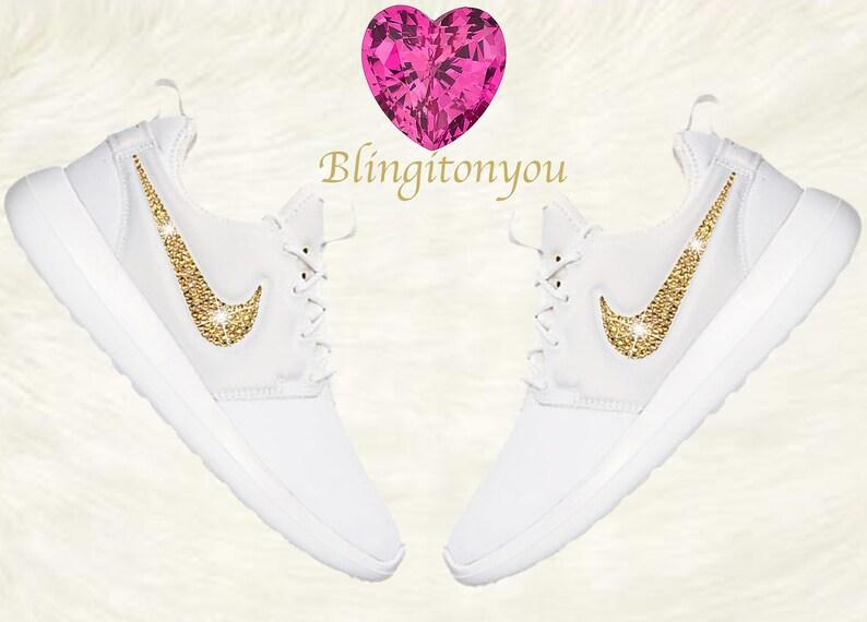 7a117c21146e17 Bling Nike Damen Roshe zwei weiße Schuhe aufgemotzt mit Gold
