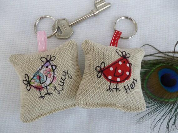 Fait à la main poulet Applique porte-clés lavande parfum au choix de couleur et personnalisation lin floral rose rouge tissu poule nuit demoiselle d'honneur cadeau