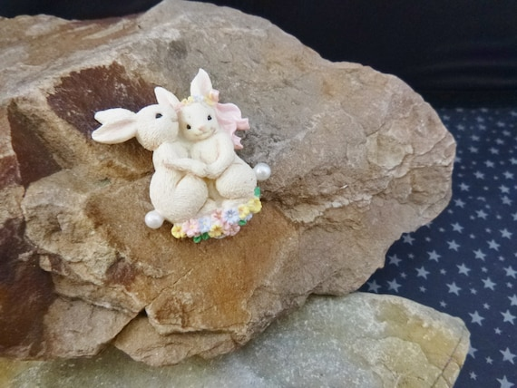 "Mr. & Mrs. Bunny Vintage 1999 Avon ""Novelty Bunny"" Pin in Original Box 
