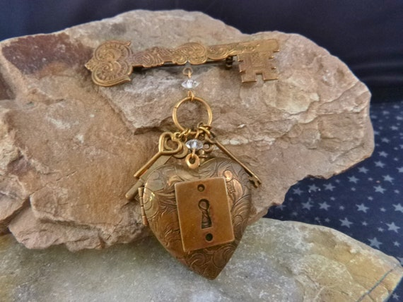 Key to My Heart Vintage Pididdly Links Art Nouveau Dangling Heart Large Locket Brooch | Two Picture Antiqued Brass Floral Locket and Keys
