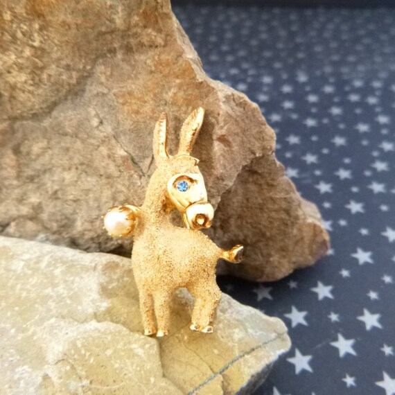 1950s Democrat Donkey Vintage Brooch Kramer Signed | Mid Century Small Figural with Faux Pearl