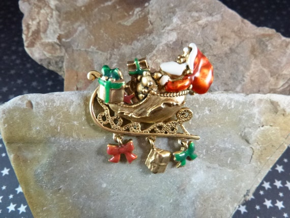Jolly Old St. Nicklaus Christmas Eve Santa in Sleigh Delivering Presents Danecraft Vintage Pin | Brooch with Dangling Charms