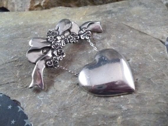 1990 Seagull Pewter Canada Romantic Dangling Heart Brooch