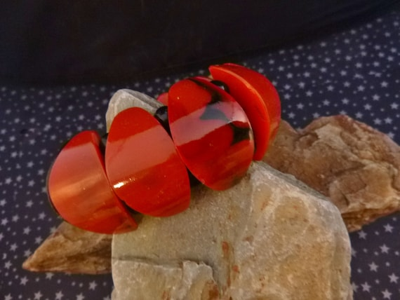 1980s Red and Black Vintage Hard Plastic Stretchy Bold Bangle Bracelet with Marbled Shapes and Beads