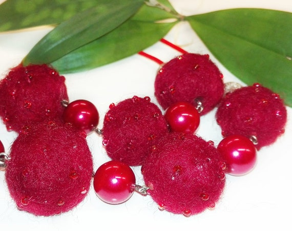 Red felted bead necklace by GunaDesign