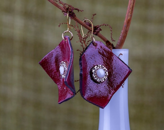 Geometric red leather earrings by GunaDesign