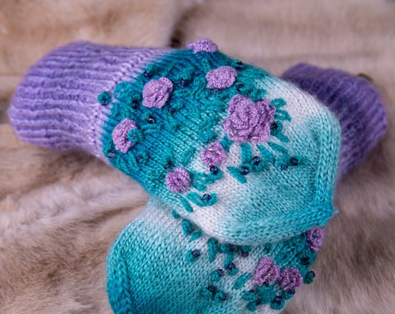 Knitted mittens with flowers by Gunadesign