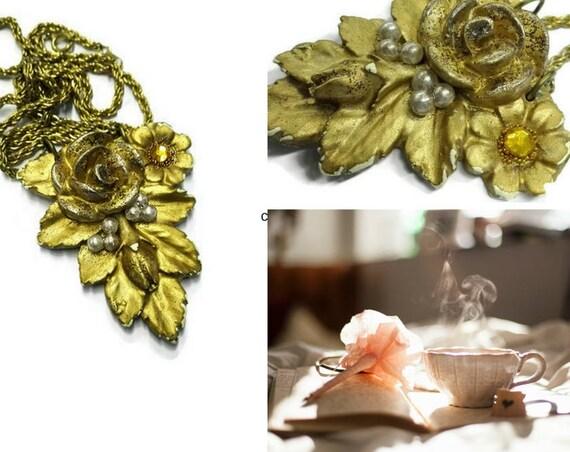 Golden color floral plaster flower décor necklace
